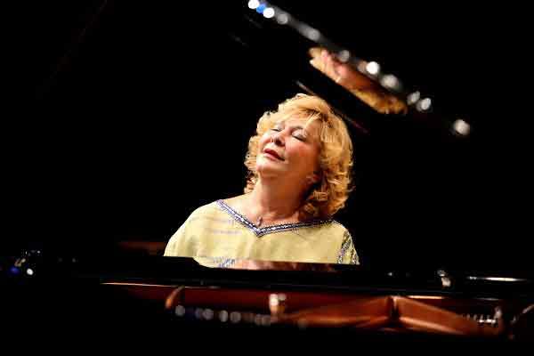 |  || Gülsin Onay Minik Piyanistlerle Buluştu