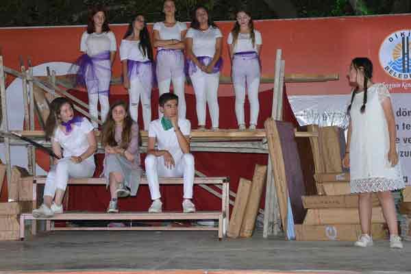 GEZİ & KÜLTÜR SANAT | KÜLTÜR SANAT || Dikili'de Karnesini Alan Çocuklar Tiyatroya Koştu