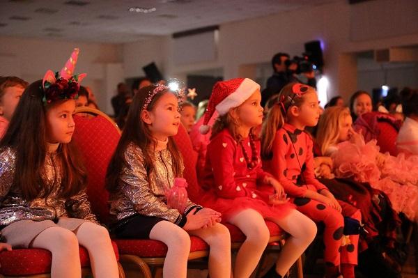 Ege Life | Ukraynalı Minikler Noel Etkinliğinde Doyasıya Eğlendiler